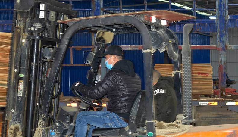 在建筑模板生产中使用叉车