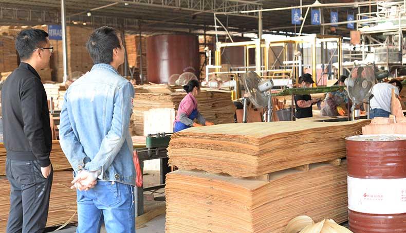 黑豹木业领导定期检查建筑模板生产情况